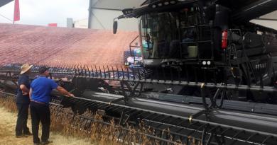 Fazendeiros observam equipamento durante Agrishow, em Ribeirão Preto - Marcelo Teixeira/Reuters